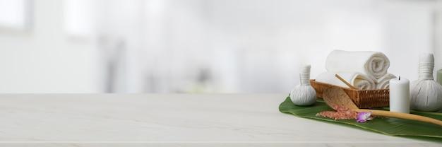 Accessoires de spa avec serviette blanche, bougie et balles de compression à base de plantes