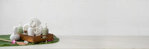 Accessoires de spa avec serviette blanche, sel de spa et balles de compression à base de plantes