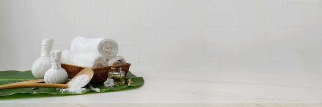 Accessoires de spa avec serviette, huile aromatique et balles de compression à base de plantes