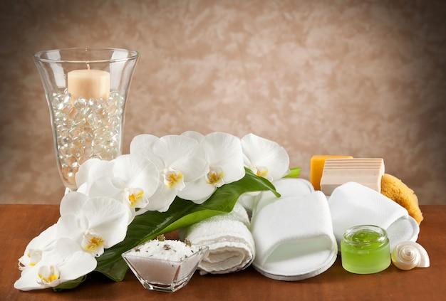 Accessoires de spa sur table en bois