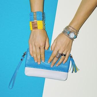 Accessoires tendance. bijoux et pochette. mode dame style.
