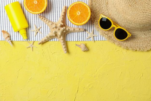 Accessoires de vacances d'été sur fond de couleur, espace pour le texte et vue de dessus. joyeuses fêtes