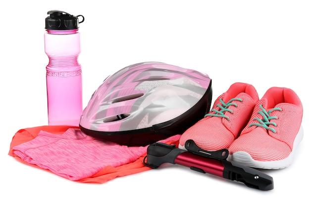Accessoires de vélo et vêtements de vélo sur fond blanc