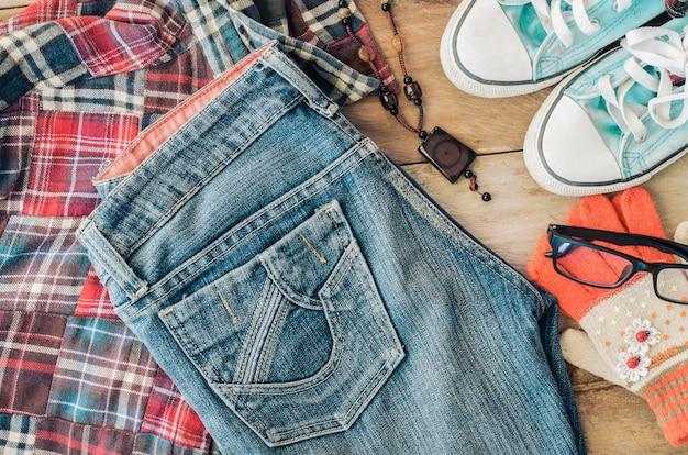 Accessoires et vêtements pour hommes sur un plancher en bois - style de vie