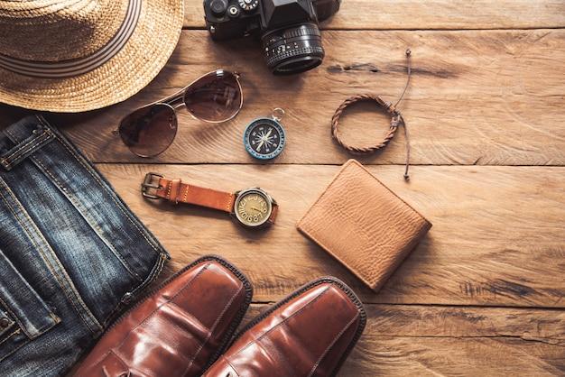 Accessoires de vêtements de voyage pour hommes sur parquet