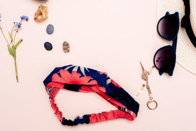 Accessoires de voyage d'été. chapeau, lunettes et vue de dessus