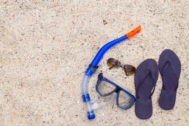 Accessoires de voyage d'été comprenant des lunettes de soleil, des chaussures et du matériel de plongée en apnée