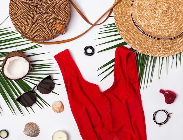 Accessoires de voyage d'été féminin sur fond blanc