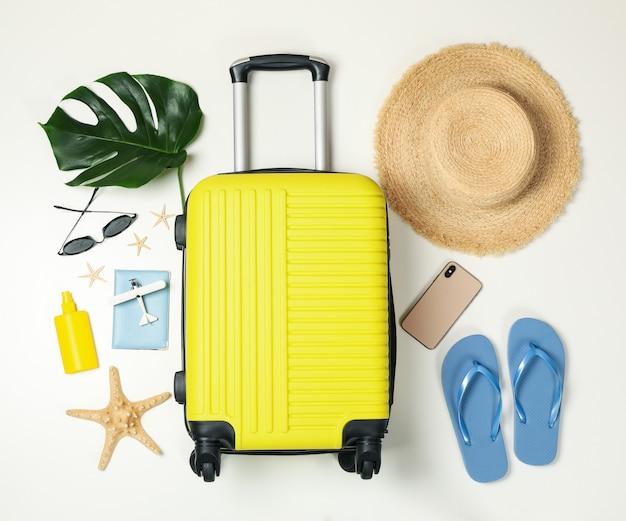 Accessoires de voyage sur fond blanc, vue de dessus. blogueur de voyage