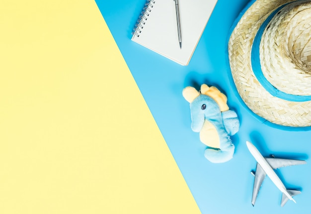 Accessoires de voyage kid summer sur l'espace de copie jaune jaune