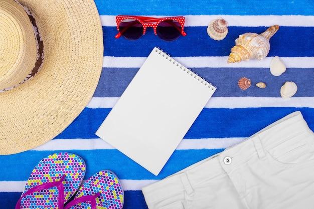 Accessoires de voyage et mode sur l'espace de copie bleu pour l'affiche de voyage.