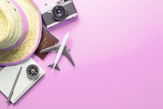 Accessoires de voyage, objets et gadgets, vue de dessus, calque sur pastel rose