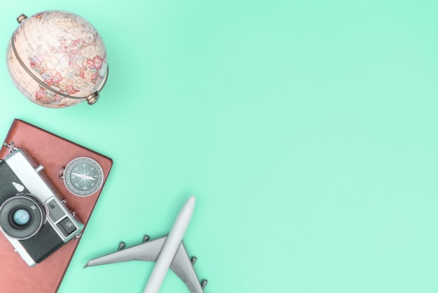 Accessoires de voyage, objets et gadgets, vue de dessus, calque plat sur pastel bleu
