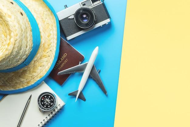 Accessoires de voyage objets et gadgets vue de dessus flatlay sur jaune bleu