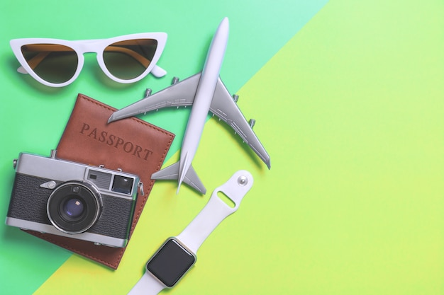 Accessoires de voyage objets et gadgets vue de dessus flatlay sur vert et sarcelle