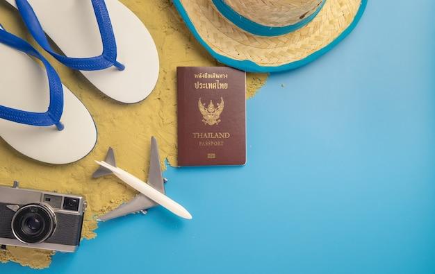 Accessoires de voyage de plage sur sable et espace copie bleu