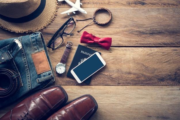 Accessoires de voyage posés sur un plancher en bois
