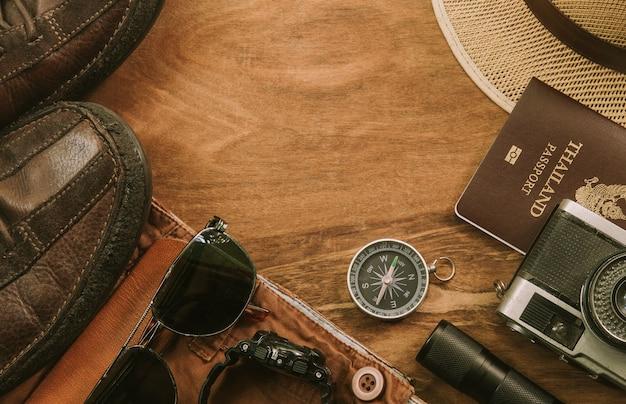 Accessoires de voyageur et costume sur fond en bois avec espace copie, concept de voyage.
