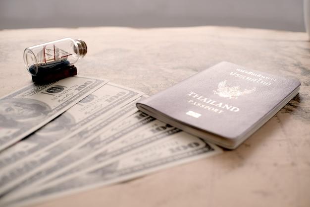 Accessoires de voyageur sur le fond.