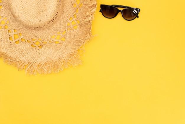 Accessoires de voyageur plat laïcs sur fond jaune