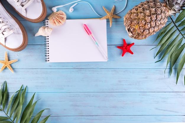 Accessoires de voyageur plat laïcs et fruits tropicaux sur un fond en bois avec un espace vide pour le texte. concept de voyage ou de vacances vue de dessus. fond d'été.