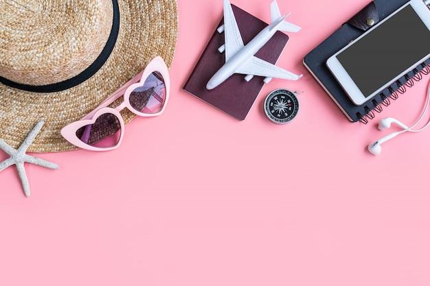 Accessoires de voyageur plat lapointe. concept de voyage ou de vacances vue de dessus. fond d'été.