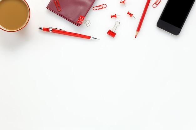 Accessoires de vue top bureau d'affaires bureau.mobile téléphone, café, papier à lettres, crayon coloré, presse-papiers, clous sur bureau blanc bureau avec copie espace.