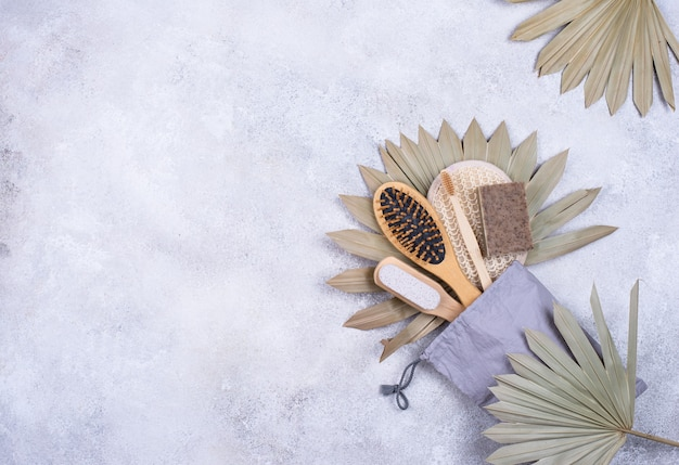 Accessoires zéro déchet. pierre ponce, peigne, brosse à dents et gant de toilette