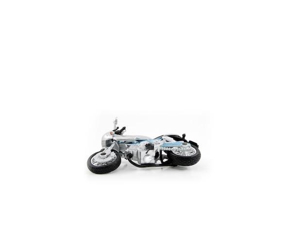 Accident de couleur grise de moto jouet a échoué sur fond blanc