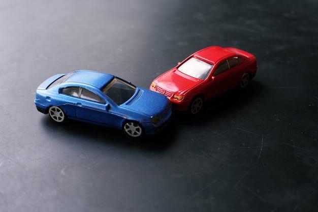 Accident de crash de voitures jouet. simulation voiture rouge et bleu