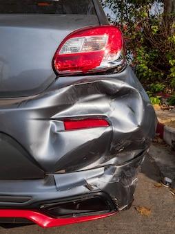 D'un accident entre une voiture et une moto. un motocycliste accidenté s'écrase dans le coffre d'une voiture.