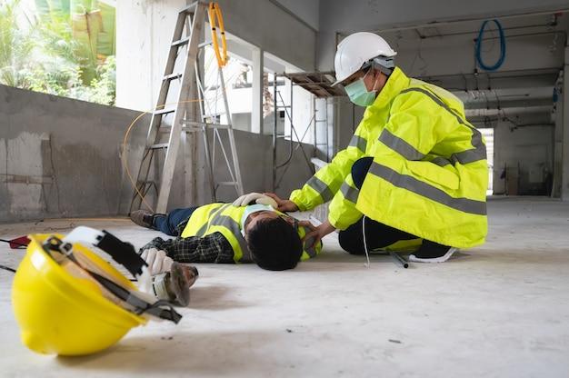 Un accident d'un homme ouvrier sur le chantier de construction. l'aide aux blessés dans le primaire. la sélection se concentre sur une personne blessée.