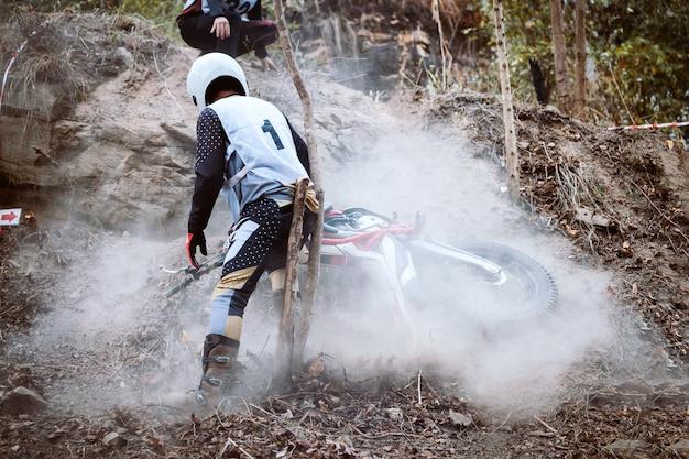 Accident en moto de montagne en compétition