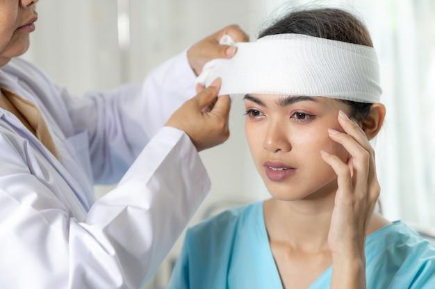 Accident des patients blessés maux de tête femme à l'hôpital - concept médical
