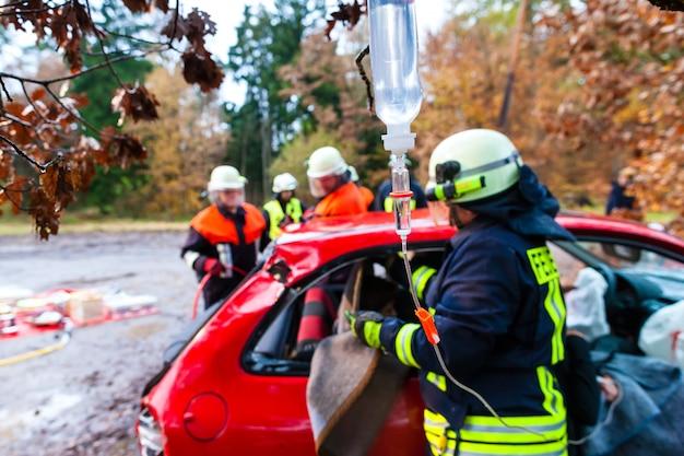 Accident - les pompiers sauvent une victime d'un accident de voiture