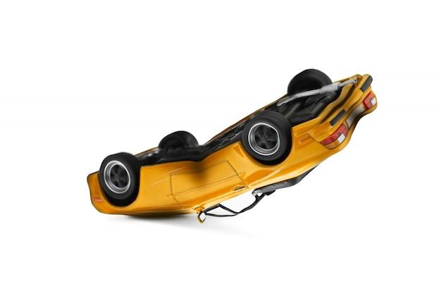 Accident de voiture jaune avec scène de dégâts