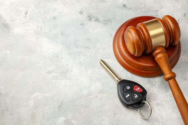 Accident de voiture. juge marteau et voiture saignant avec alarme. solution d'assurance automobile. acheter ou vendre une voiture aux enchères.