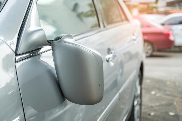Accident de voiture, voiture blonde avec un rétroviseur cassé