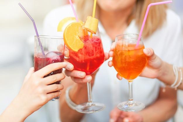 Acclamations avec des cocktails de couleurs différentes.