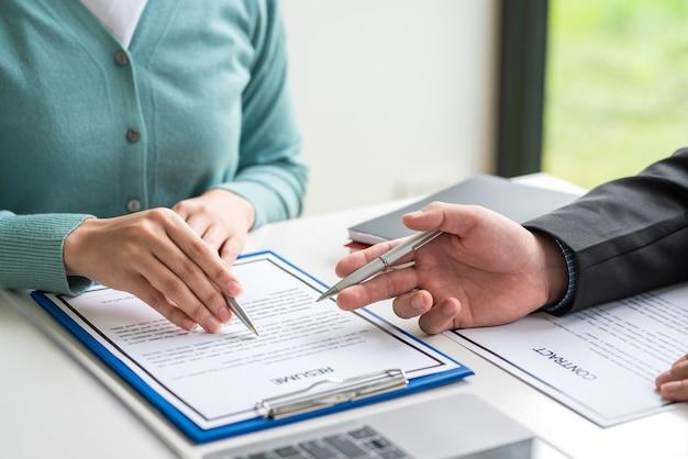 L'accord de collaboration d'homme d'affaires reprend les documents du contrat de travail au bureau.