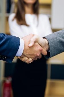 Accord entre les hommes d'affaires après accord