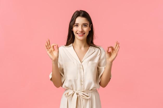 D'accord, je suis d'accord. ravie charmante, tendre jolie femme de race blanche en robe mignonne douce, sourire approbation de signe de tête, montrer un geste correct, bon ou excellent, recommander une réduction parfaite, souriant