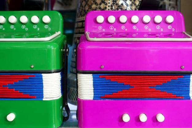 Accordéons à boutons colorés