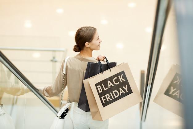 Accro du shopping dans le centre commercial