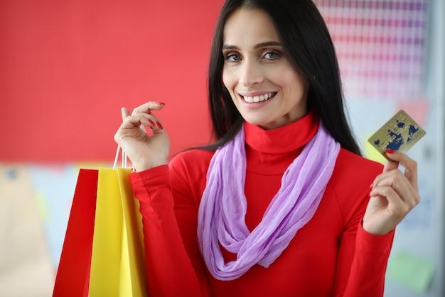 Accro du shopping femme joyeuse