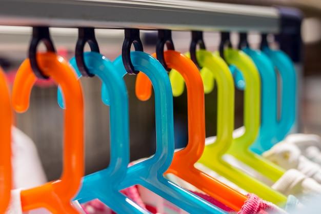 Accrocher un cintre coloré pour vêtements de bébé secs