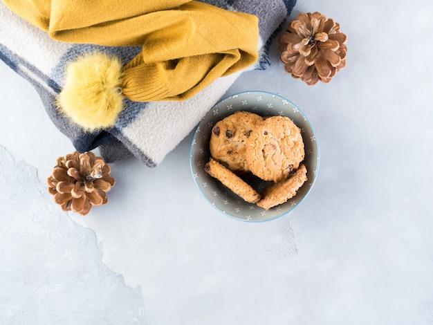 Accueil hiver, détendez-vous avec des biscuits en laine et des pépites de chocolat.