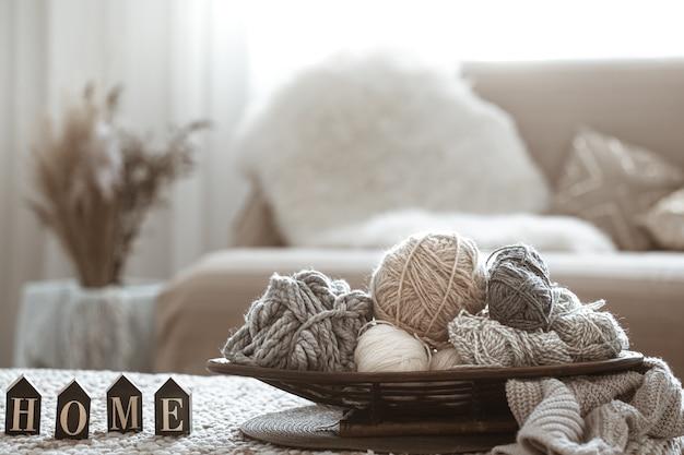 Accueil hobbies, fils à tricoter sur la table.