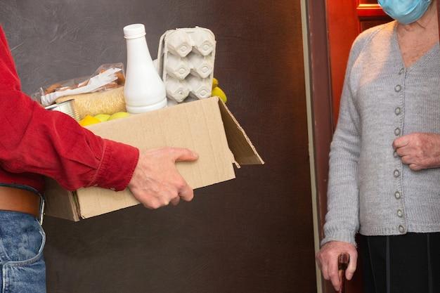 Accueil livrer de la nourriture ou une boîte de dons aux personnes âgées en quarantaine pendant covid-19