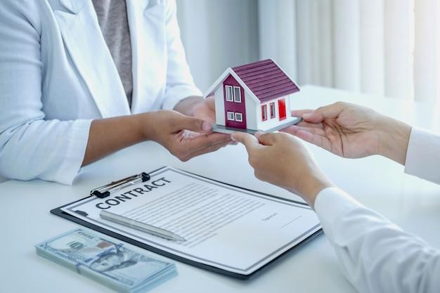 Accueil modèle en mains l'agent immobilier explique le contrat commercial